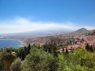 sicile etna dégageant de la fumée depuis taormina