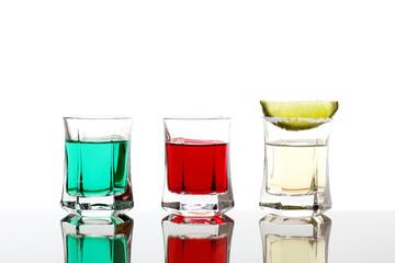 bevanda alcolica liquidi colorati su sfondo bianco