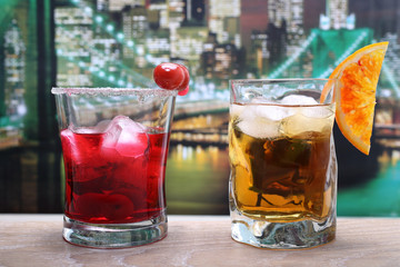 cocktails colorati New York sullo sfondo