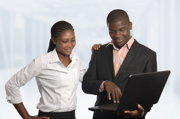 Afrikanische Partner arbeiten am Laptop