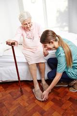 Wall Mural - Altenpfleger hilft Seniorin beim Aufstehen