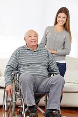 Enkelin mit ihrem Opa im Rollstuhl