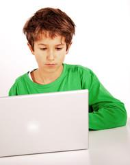 Kind konzentriert am PC