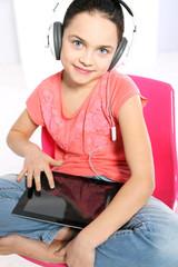 Dziecko z tabletem dotykowym