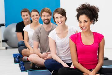 lächelnde gruppe im fitnesscenter