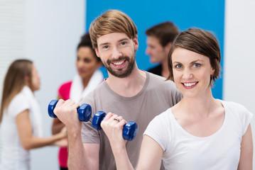paar trainiert im fitnesscenter