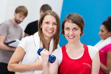 zwei freundinnen im fitness-studio