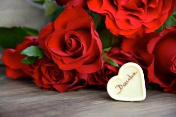 Pralinenherz und rote Rosen
