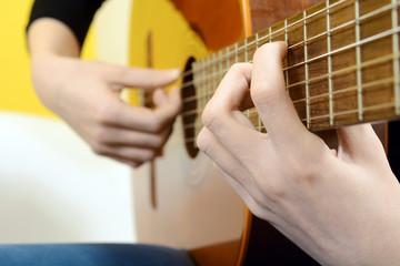 Frau musiziert auf Gitarre
