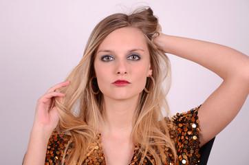 blondine mit roten lippen
