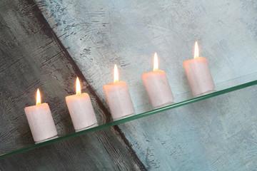 Kerzen in Schieflage
