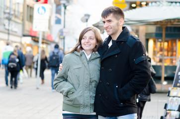 Verliebtes Paar in einer Fußgängerzone der Innenstadt