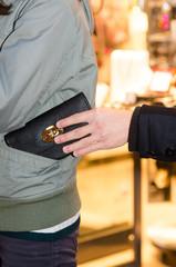 dieb stiehlt geldbörse aus jackentasche