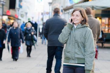 telefonierende frau in der großstadt