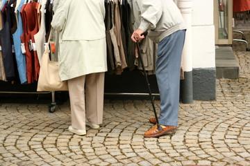 Senioren beim Einkaufen