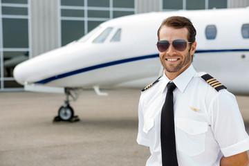 Confident Pilot Smiling Fototapete