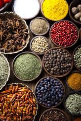 Photo sur Aluminium Spices on wooden bowl background