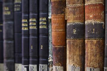 stare książki w bibliotece na półce