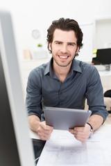 mann im büro arbeitet mit tablet-pc
