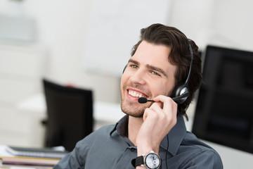 freundlicher berater telefoniert mit headset