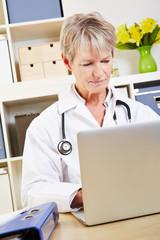 Ärztin im Büro am Computer