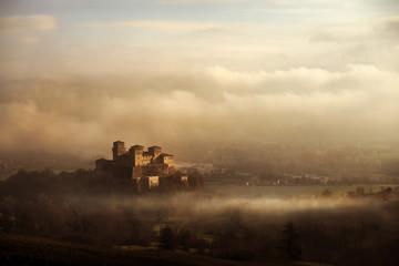 castello tra la nebbia e le nuvole Fototapete