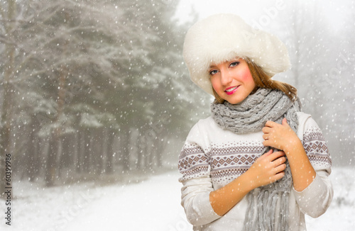 photo of girls on snow with hats № 18341