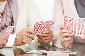 Wall Mural - Hände von Senioren beim Karten spielen