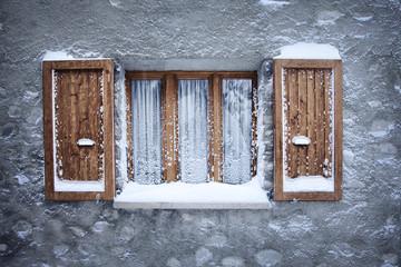 Fenêtre givrée sous la neige