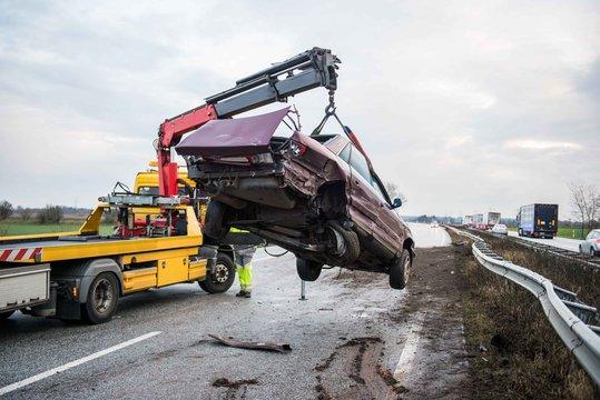 Verunfalltes Fahrzeug wird geborgen
