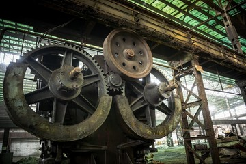 Fototapete - Large industrial hall with cogs