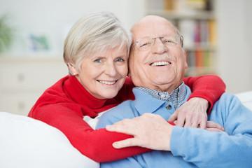 lachendes älteres paar zu hause