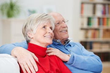 seniorin mit ihrem mann schaut nach oben