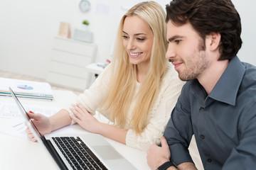 junges team im büro arbeitet mit laptop