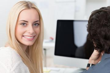 blonde junge frau am arbeitsplatz
