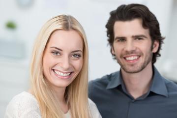 junges lächelndes paar