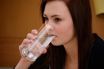 Jugendliche trinkt Glas Wasser - Nahaufnahme