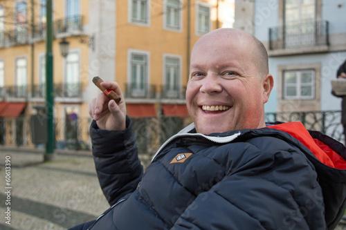 Homme fumant des cigares