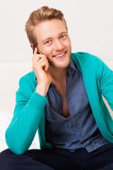 junger telefonierender Mann