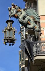 Dragón chino en la fachada de la Casa de los Paraguas, Barcelona