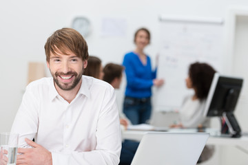 motivierter junger mann am arbeitsplatz