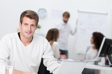 kreatives junges team am arbeitsplatz