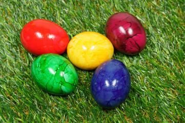 bunte eier auf grünem Gras - Ostern