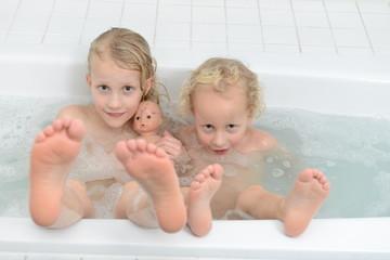 Geschwister in der Badewanne