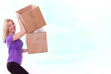 blonde Frau trägt Karton