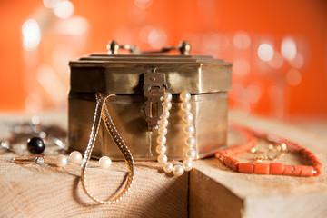 Kiste mit Perlen