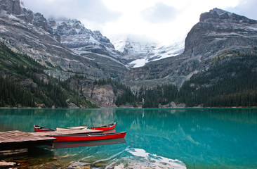 Fotorolgordijn Canada Red canoes at Lake O'Hara, Yoho National Park, Canada