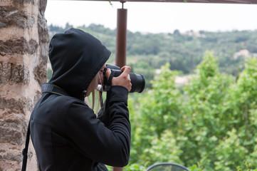 Frau mit einer Spiegelreflex Kamera