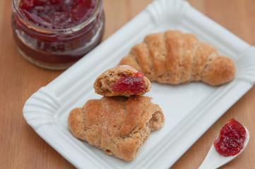 Vollkorn Croissants mit Marmelade zum Frühstück