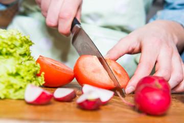 Tomaten schneiden, Salat machen